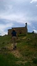 Subiendo a la ermita románica