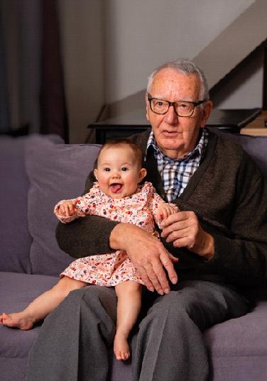 Hubert disfrutando de  su nieta